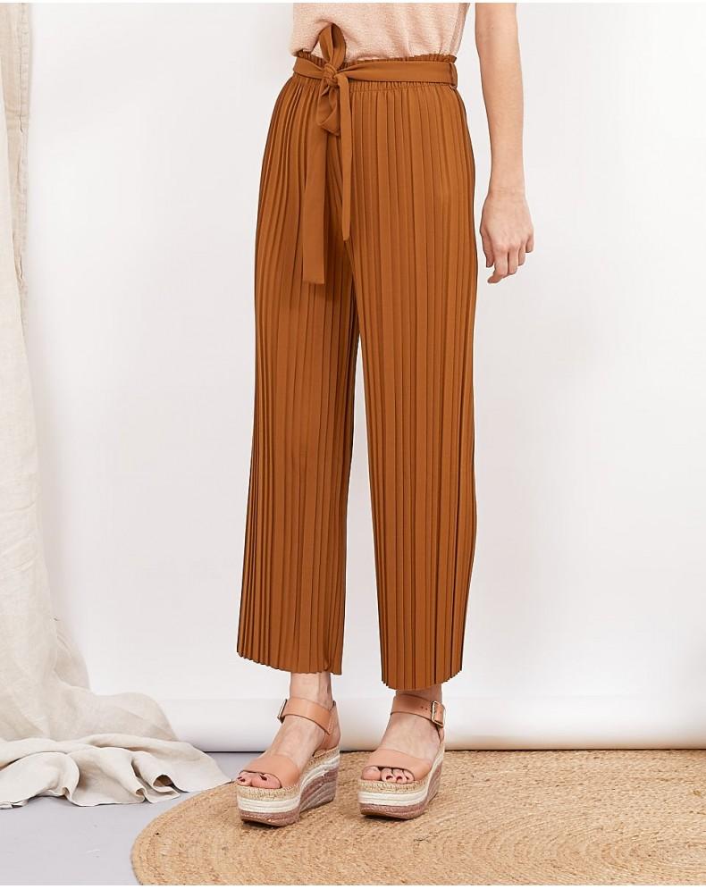 Pantalón cropped plisado camel